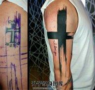 男性大臂十字架遮盖十字架纹身