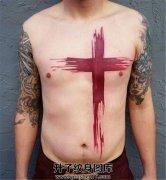 男性前胸腹部的红色十字架纹身