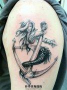 男性大臂美人鱼船锚纹身