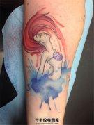 女性小臂泼墨美人鱼纹身