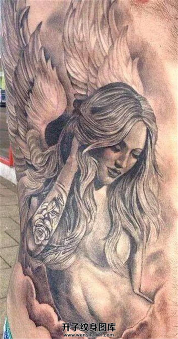 男性侧腰天使纹身