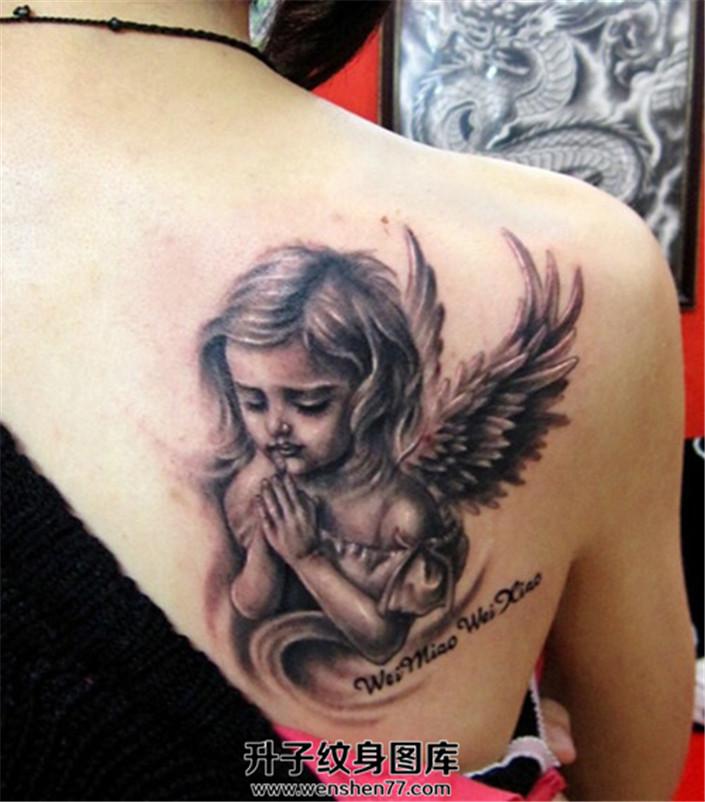 女性背部双手合十祈祷的小天使