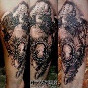 男性小臂上漂亮的天使纹身