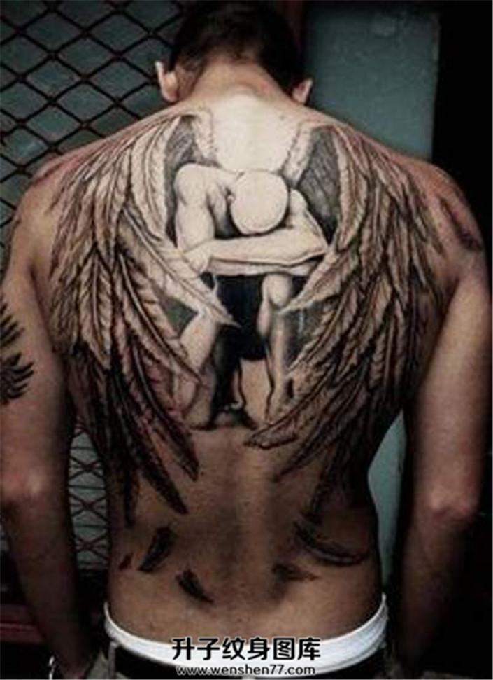 男性背部羽毛飘散一地的天使纹身