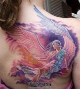 女性背部彩色天使纹身