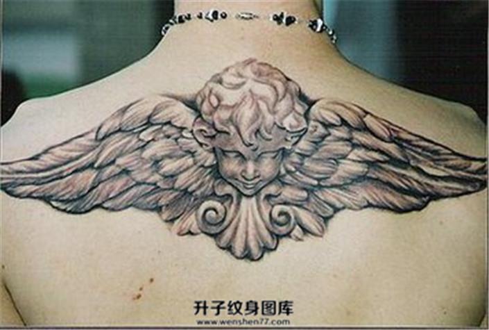 女性背部雕塑感天使纹身