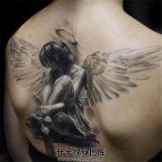 女性背部真实感非常强的天使纹身