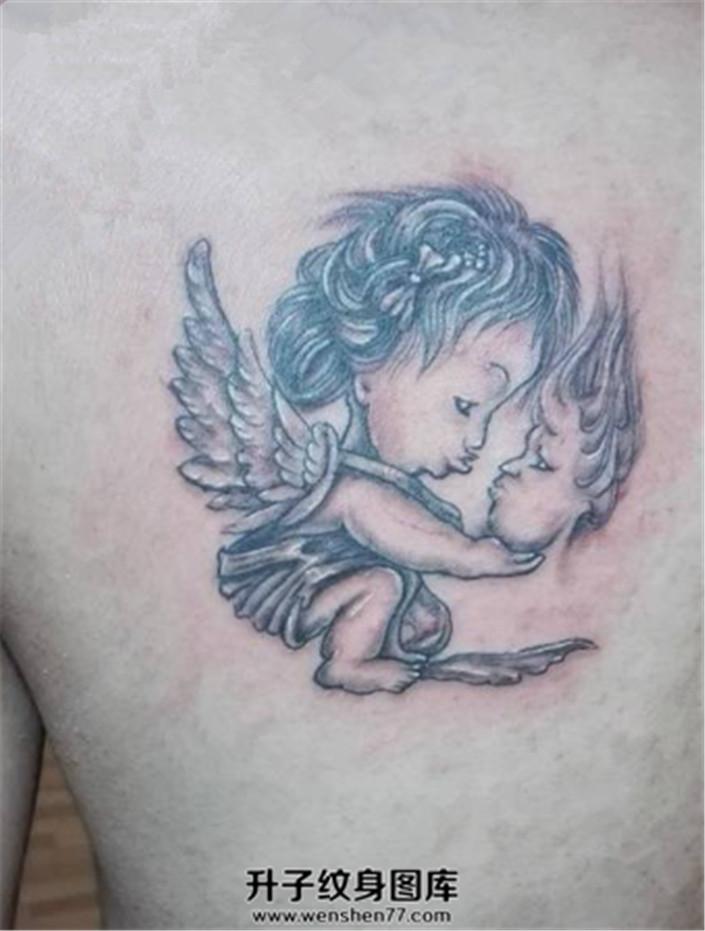 男性背部可爱的小天使纹身