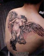 男性背部没穿衣服的天使纹身