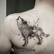 男性背部狼纹身几何线条结合的狼纹身