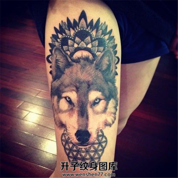 女性大腿狼头与规则几何图形纹身