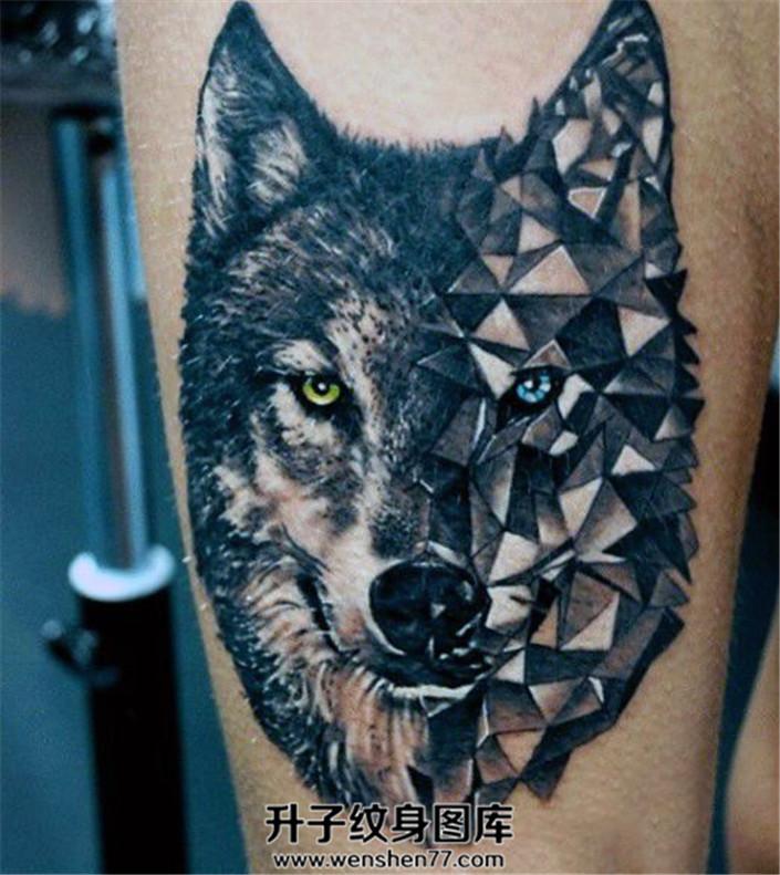 男性大臂个性狼头纹身