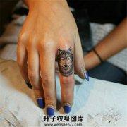 女性手指逼真的狼头纹身
