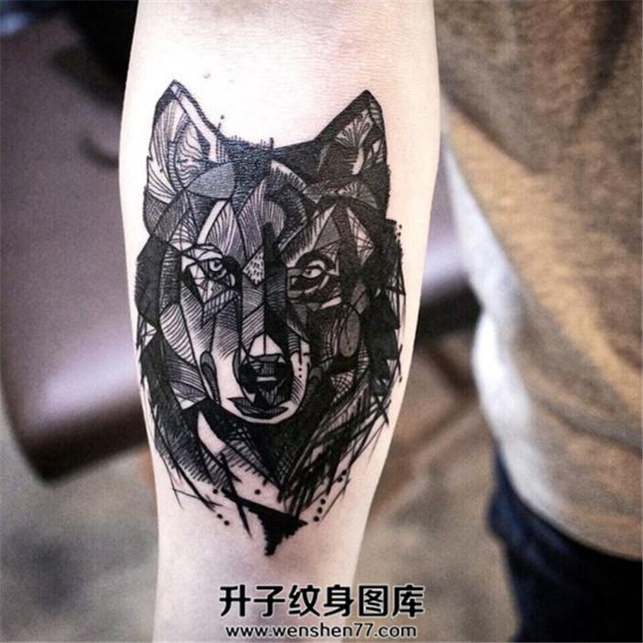 男性小臂线条组成的狼头纹身