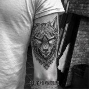 男性大臂规则狼头纹身