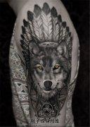 男性大臂欧美黑灰印第安狼头纹身