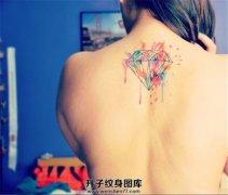 女性背部泼墨钻石纹身
