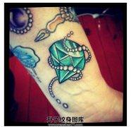 女性小臂old school钻石纹身