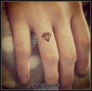 女生手指小清新线条钻石纹身