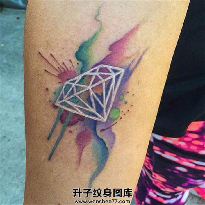 女性小臂泼墨白色线条钻石纹身