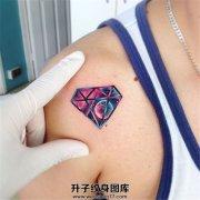 男性肩部钻石纹身
