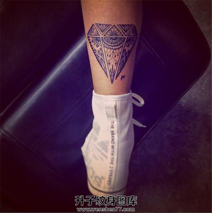 女性小腿后侧梵花钻石纹身