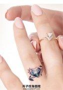 女性手指钻石戒指纹身
