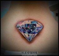 女生颈后钻石纹身