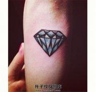 女生小臂彩色钻石纹身