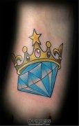 女生脚背彩色皇冠钻石纹身