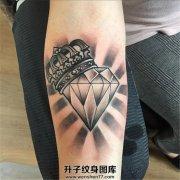 女性小臂黑灰色皇冠钻石纹身