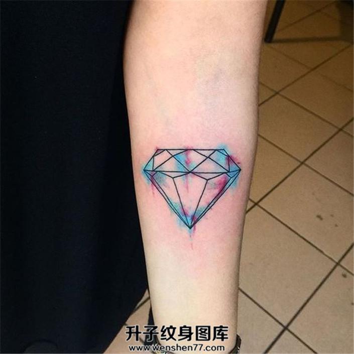 女生小臂清新彩色钻石纹身