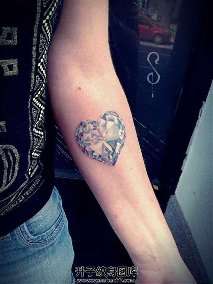 女性小臂心形钻石纹身