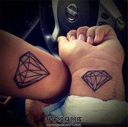 情侣小臂手腕上单线条的钻石纹身
