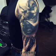 男性大臂小丑纹身