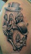 男性大臂欢笑的小丑哭泣的小丑纹身