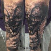 男性小臂黑灰写实小丑纹身