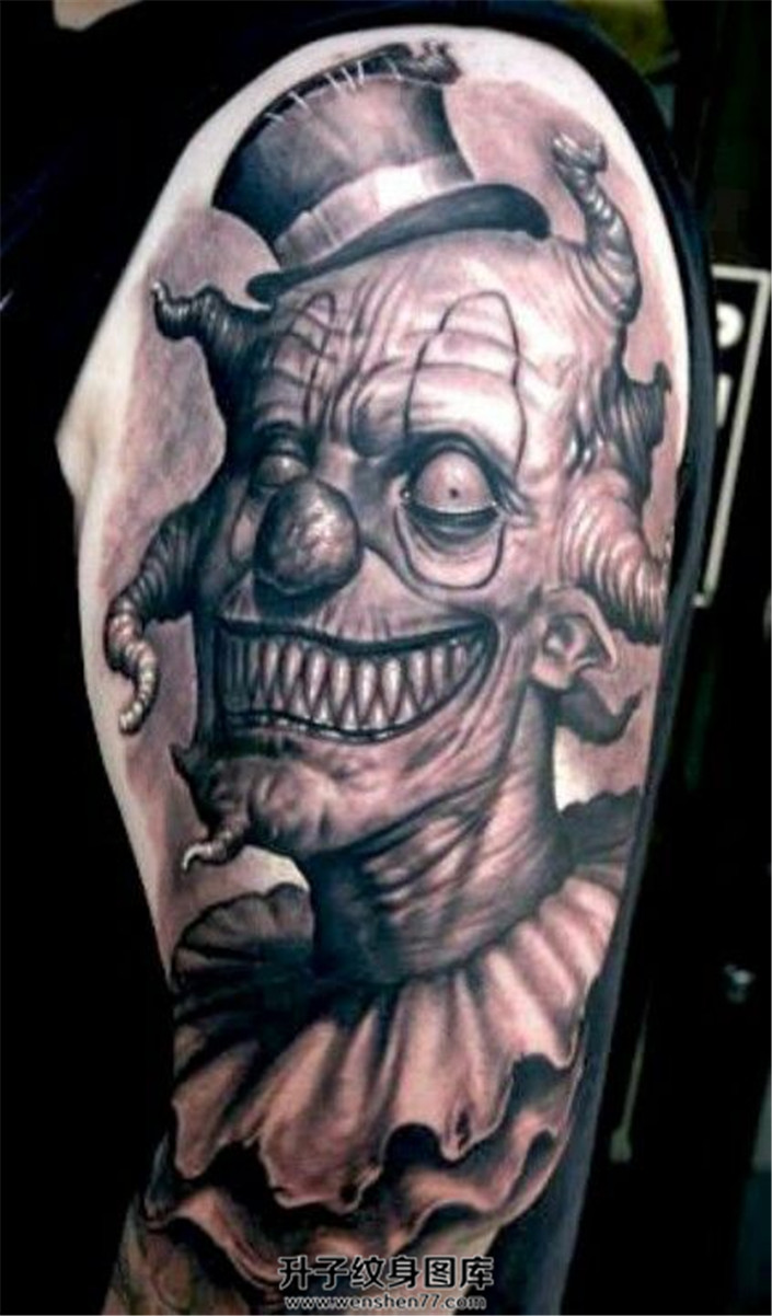 男性大臂黑灰色邪恶的小丑纹身