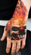 男性手背彩色小丑纹身