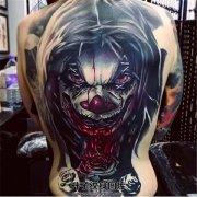男性满背小丑纹身