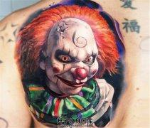 男性背部彩色小丑纹身电锯惊魂里的面具纹身