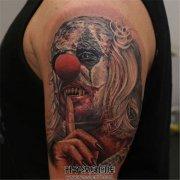 男性大臂纹身彩色小丑纹身