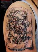 男性大臂3D褶皱的扑克牌纹身