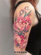 女性大臂彩色清新的牡丹花纹身