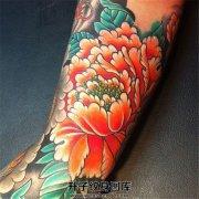 男性传统牡丹题材花臂纹身