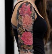 女性大臂牡丹纹身
