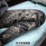 日式传统霸气外漏的黑灰牡丹花腿纹身
