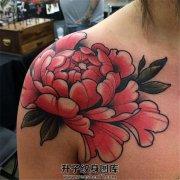 女性肩部彩色牡丹纹身