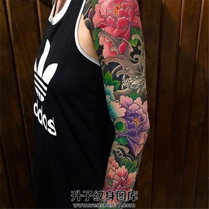 女性彩色传统牡丹花臂纹身