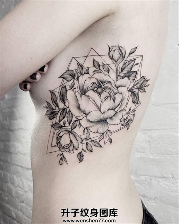 女性胸侧几何图案牡丹纹身